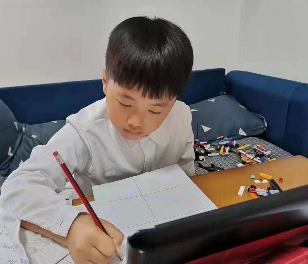 《潮平两岸阔,风正一帆悬 3年级的国际组冠军李恩佐》